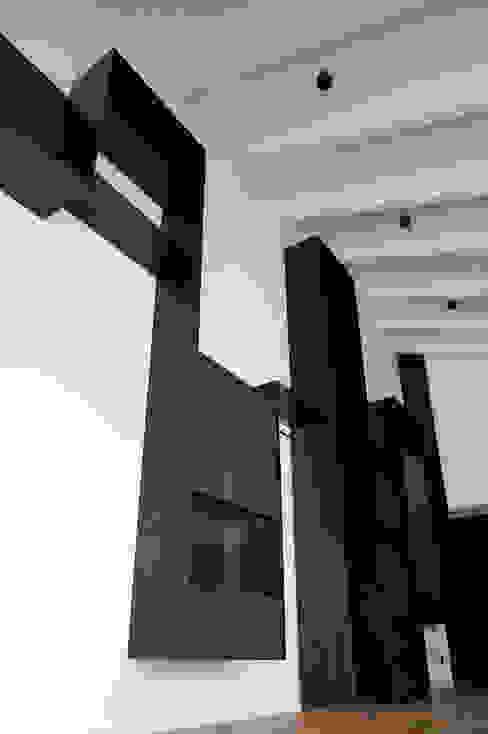 Parete attrezzata ferro e legno di Plus Concept Studio Minimalista