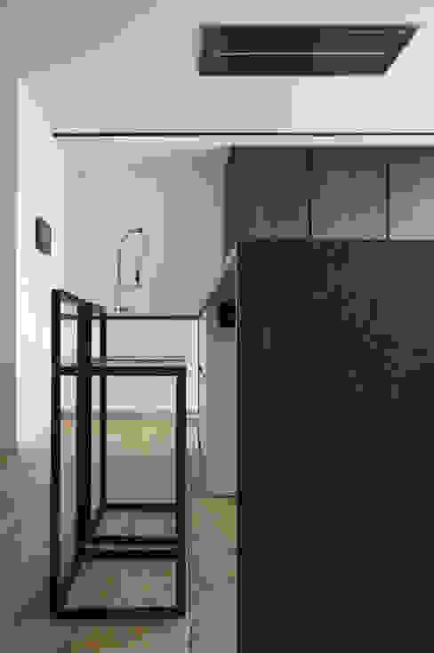 Scorcio Cucina Cucina minimalista di Plus Concept Studio Minimalista