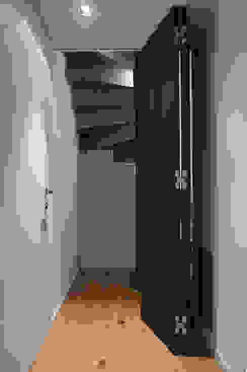 Scala mansarda, porta socchiusa di Plus Concept Studio Moderno