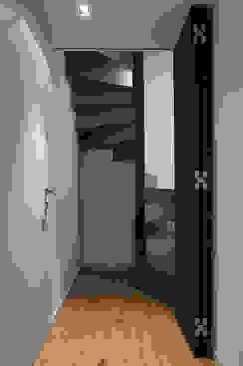 Scala mansarda, porta aperta di Plus Concept Studio Moderno