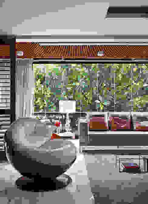 Modern balcony, veranda & terrace by Yamagata Arquitetura Modern