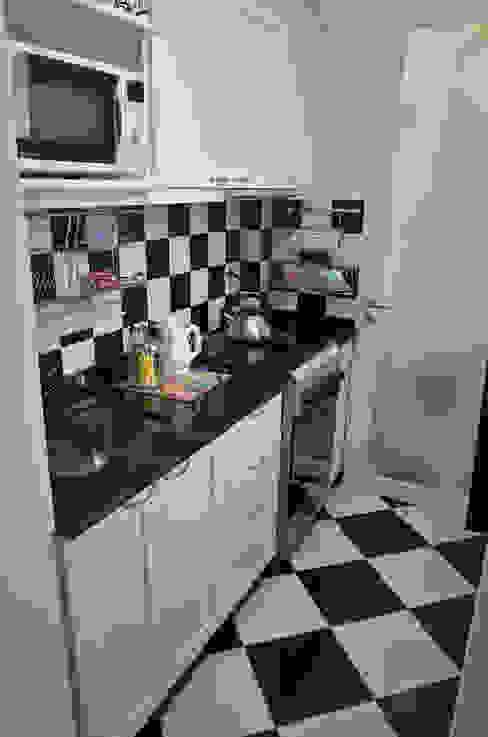 現代廚房設計點子、靈感&圖片 根據 GUTMAN+LEHRER ARQUITECTAS 現代風