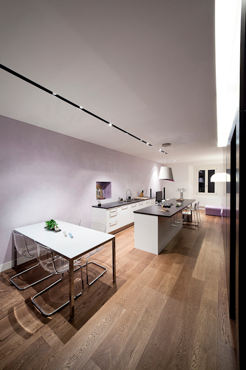 Minimalistyczna kuchnia od 23bassi studio di architettura Minimalistyczny