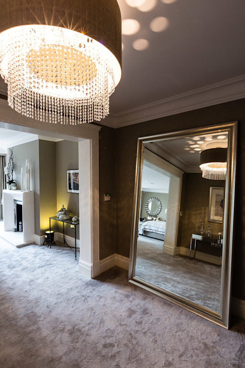 Master Bedroom Entrance with Mirror Chambre classique par Luke Cartledge Photography Classique