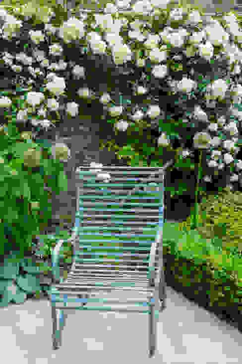 Terraced Courtyard Garden Design por homify Clássico