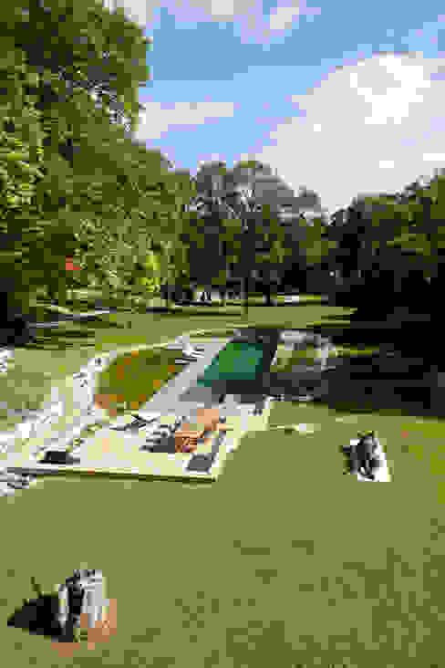 Freiraumgestaltung Schloss Merkenstein Klassische Pools von t-hoch-n Architektur Klassisch