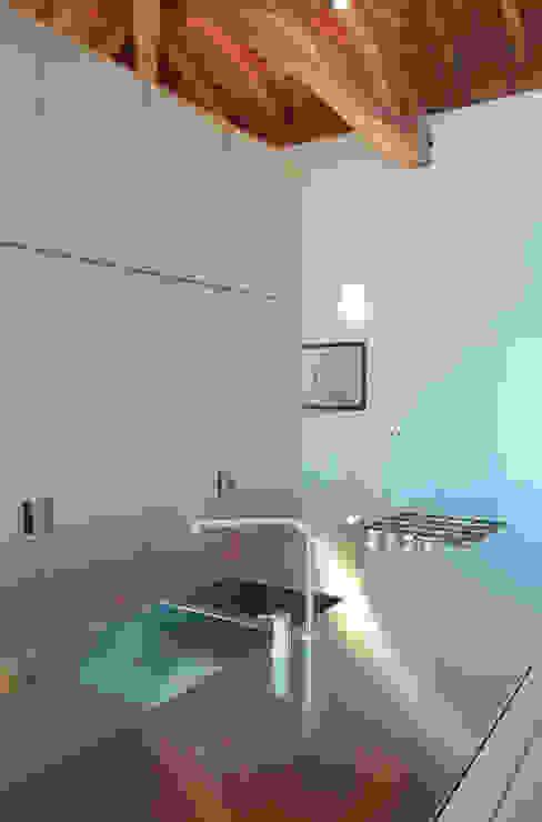 un comodo piano di lavoro in acciaio inox prodotto su misura da Scholtes di isabella maruti architetto Moderno