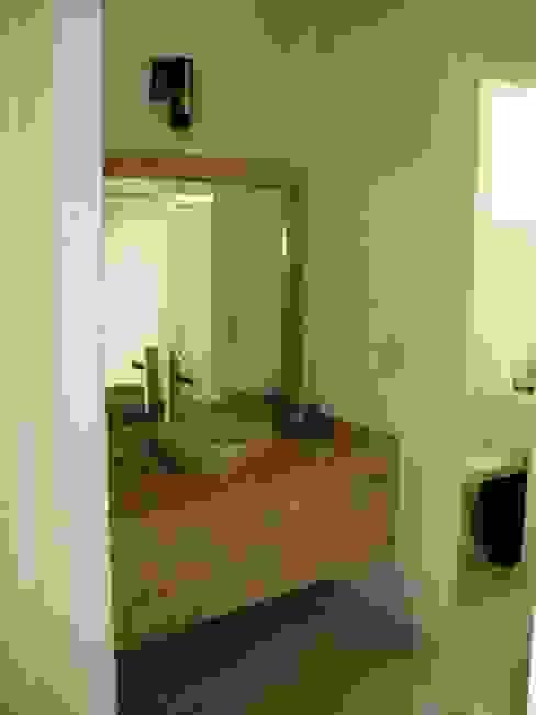 Tocador y lavabo después de la remodelación:  de estilo  por ARQUELIGE, Rústico