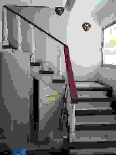 Escalera acceso a planta alta en su estado original:  de estilo  por ARQUELIGE, Rústico