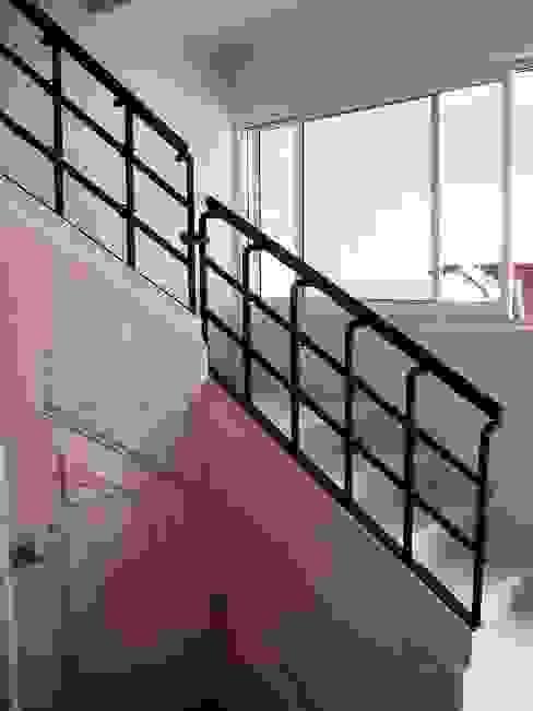Escalera de acceso a planta alta después de la remodelación:  de estilo  por ARQUELIGE, Rústico