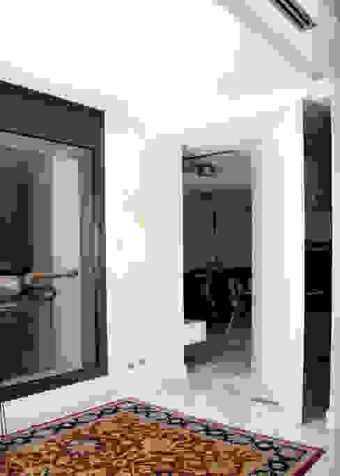 Puertas y ventanas de estilo  por Domporte,