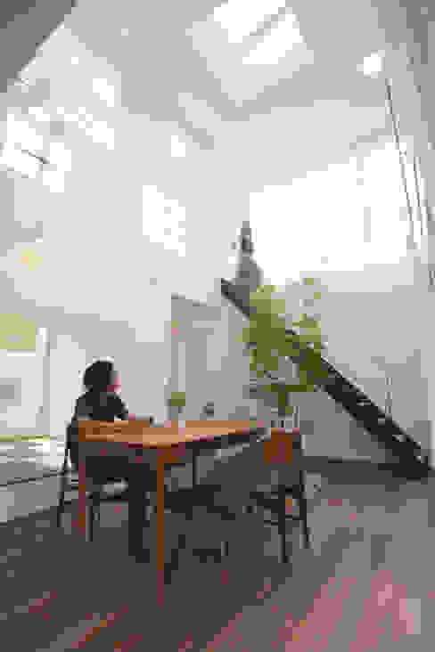 小上がりの和室にストリップ階段: スターディ・スタイル一級建築士事務所が手掛けた廊下 & 玄関です。,モダン