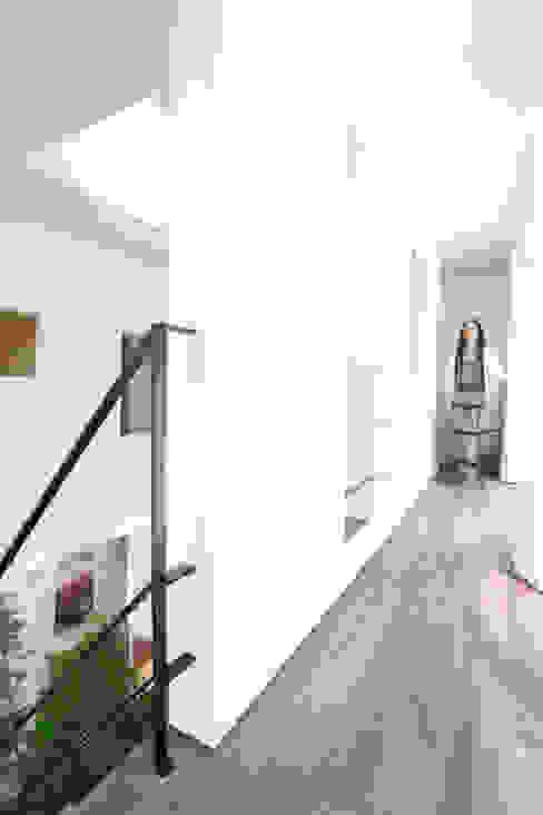 吹抜けを囲う回廊: スターディ・スタイル一級建築士事務所が手掛けた廊下 & 玄関です。,モダン