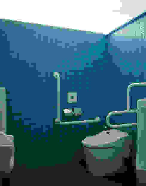水中をイメージした多目的トイレ 古津真一 翔設計工房一級建築士事務所 モダンスタイルの お風呂