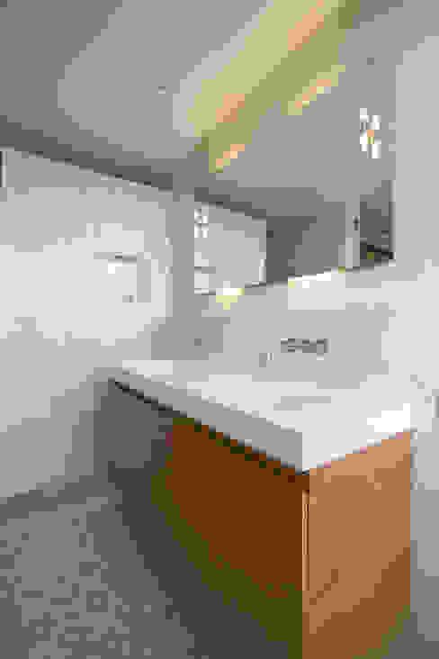 Marike Solute wastafel op maatwerk kast Mediterrane badkamers van Marike Mediterraan
