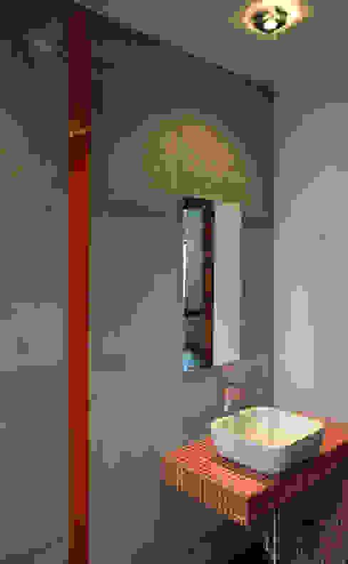Szarości i pomarańcze: styl , w kategorii Łazienka zaprojektowany przez Tarna Design Studio,Industrialny