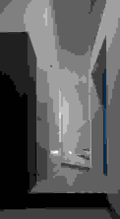 Коридор, прихожая и лестница в стиле минимализм от 杉浦事務所 Минимализм