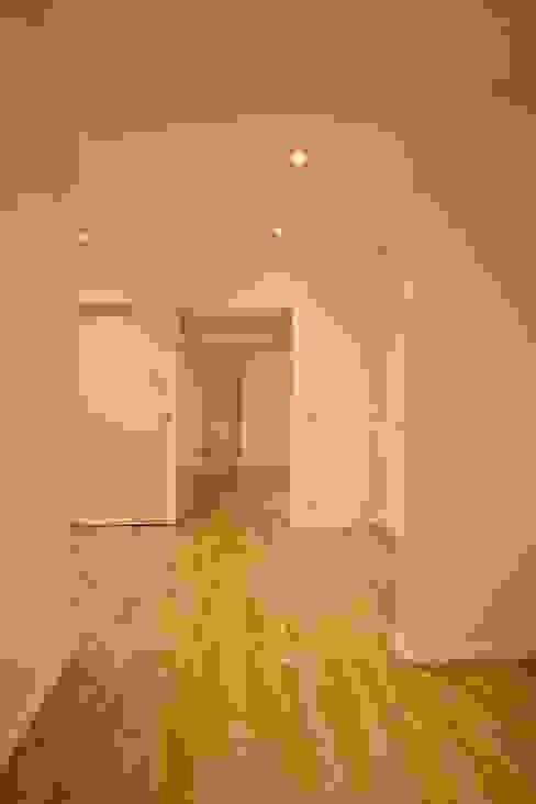 Corridor and hallway by BPLUSARCHITEKTUR,