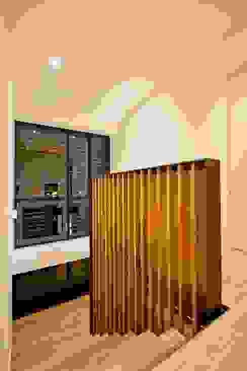 Corredores, halls e escadas modernos por BPLUSARCHITEKTUR Moderno