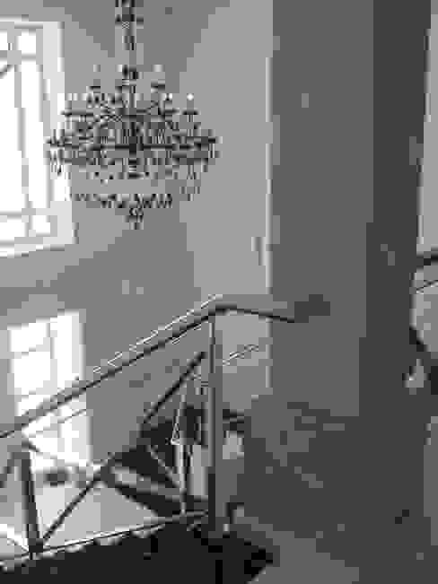 hall de entrada desde arriba Pasillos, vestíbulos y escaleras de estilo mediterráneo de UAArquitectos Mediterráneo