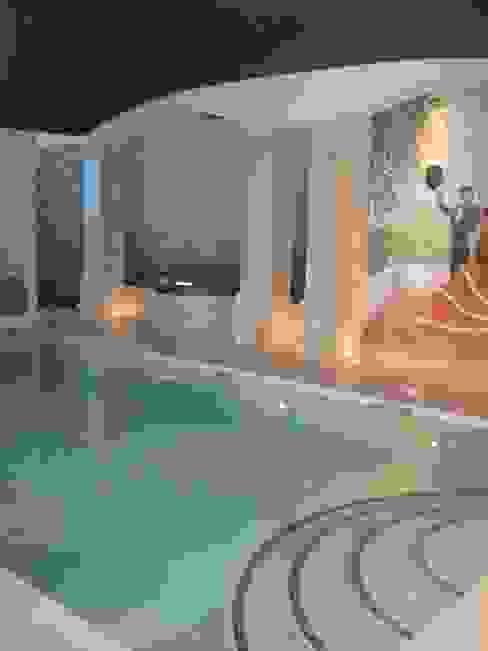 piscina interior Spa de estilo mediterráneo de UAArquitectos Mediterráneo
