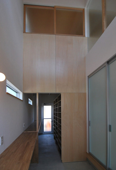 玄関: 原 空間工作所 HARA Urban Space Factoryが手掛けた現代のです。,モダン 木 木目調