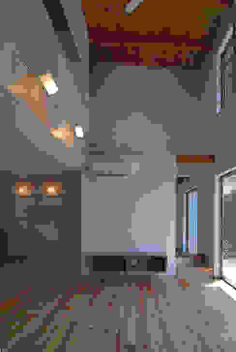リビングルーム: 原 空間工作所 HARA Urban Space Factoryが手掛けた現代のです。,モダン 木 木目調