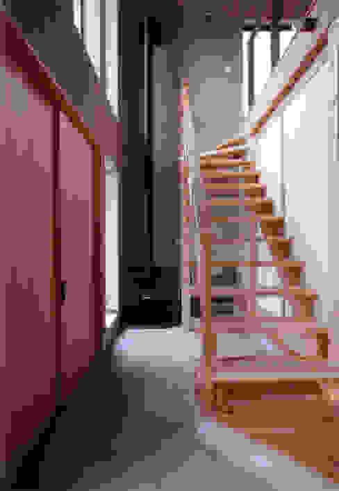 玄関土間 豊田空間デザイン室 一級建築士事務所 オリジナルスタイルの 玄関&廊下&階段 木 木目調