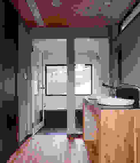 洗面より浴室を見る 豊田空間デザイン室 一級建築士事務所 オリジナルスタイルの お風呂 木目調