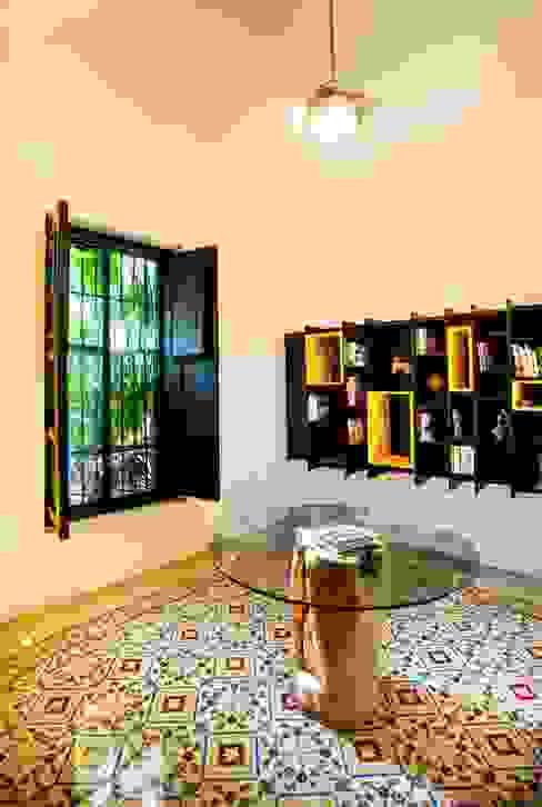 Couloir et hall d'entrée de style  par Taller Estilo Arquitectura,