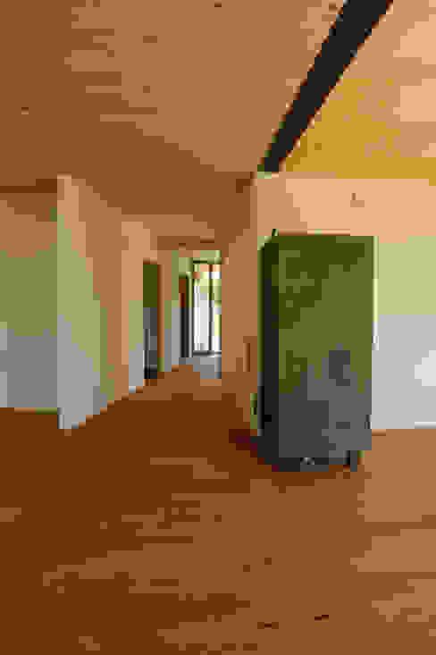 Symbios Architektur 現代風玄關、走廊與階梯 木頭 Brown