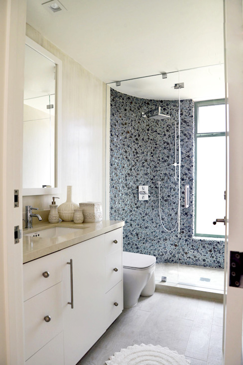 Modern style bathrooms by Erika Winters® Design Modern
