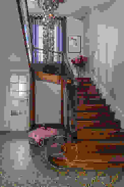 Visite privée Maison G Couloir, entrée, escaliers originaux par Sandrine RIVIERE Photographie Éclectique Bois Effet bois