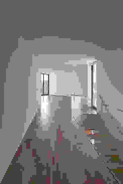 Moderne gangen, hallen & trappenhuizen van PEDROHENRIQUE|ARQUITETO Modern