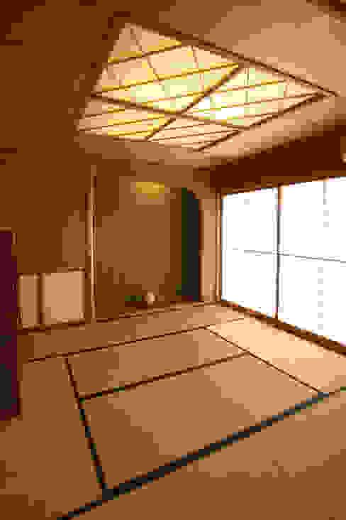 Salas de estar modernas por 吉田設計+アトリエアジュール Moderno