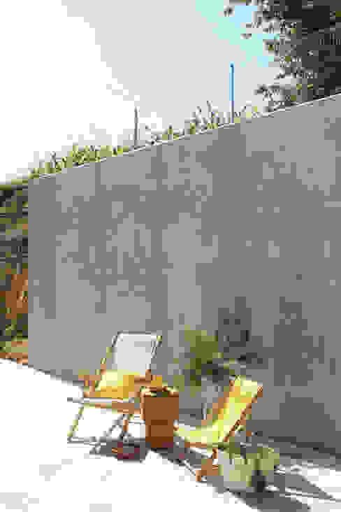 Casa P+F: Varanda, marquise e terraço  por Artspazios, arquitectos e designers