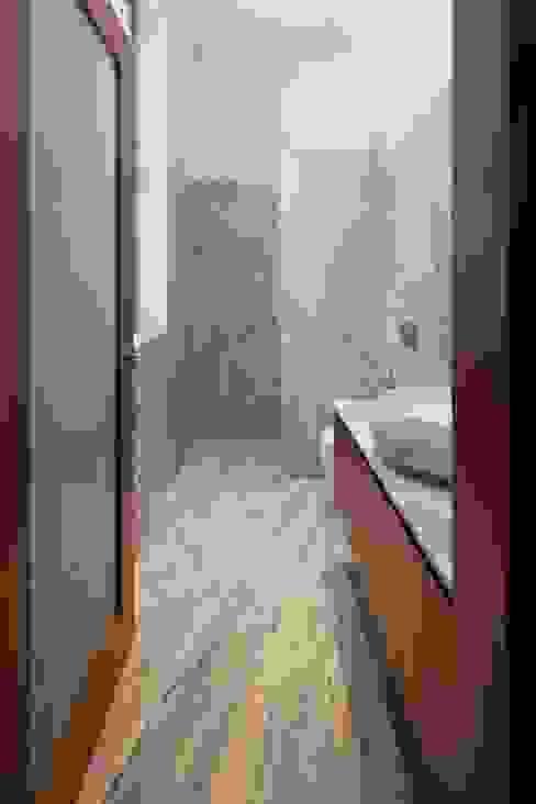 Bathroom by joão rapagão, Modern