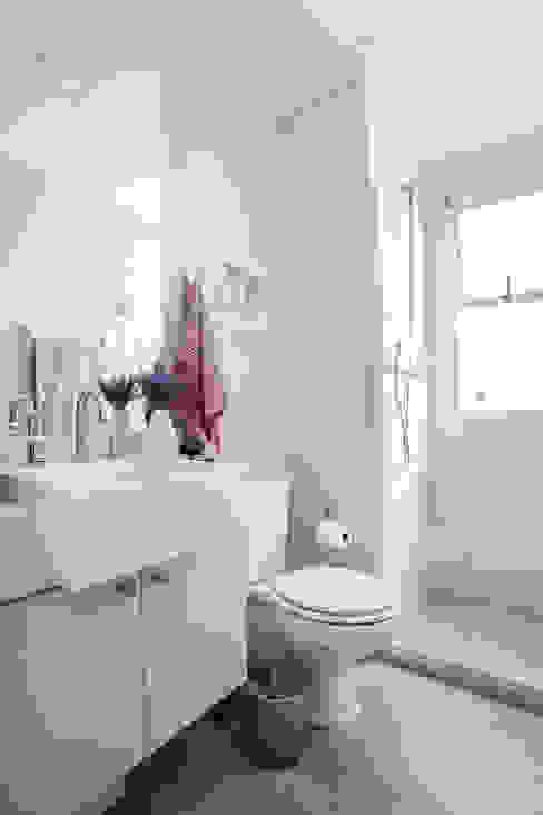 モダンスタイルの お風呂 の Amanda Pinheiro Design de interiores モダン