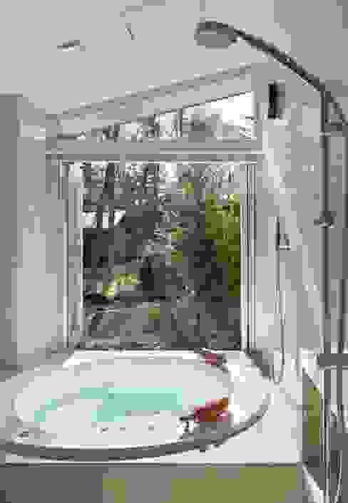 Baños de estilo  por Mアーキテクツ|高級邸宅 豪邸 注文住宅 別荘建築 LUXURY HOUSES | M-architects, Moderno