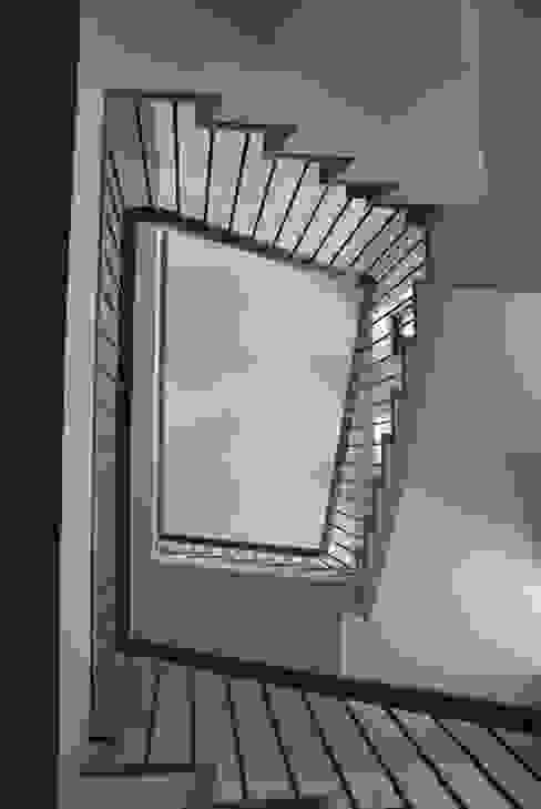 現代風玄關、走廊與階梯 根據 Architektenburo J.J. van Vliet bv 現代風