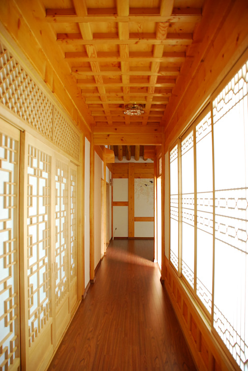 Asian style corridor, hallway & stairs by 금송건축 Asian