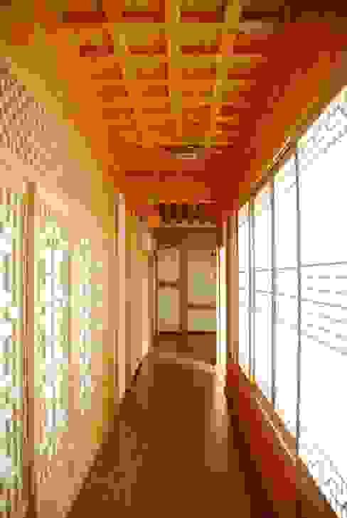 Corredores, halls e escadas asiáticos por 금송건축 Asiático