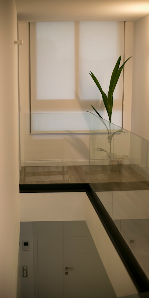 homify ミニマルスタイルの 玄関&廊下&階段 ガラス