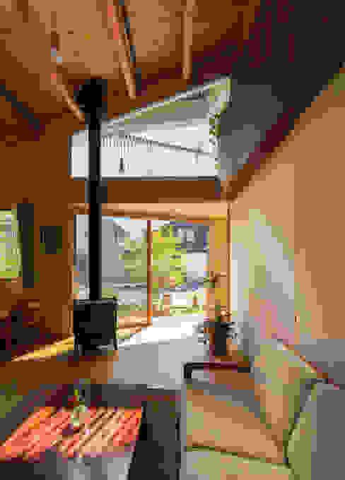 Maitamon House Salas de estar ecléticas por Studio Antena Eclético
