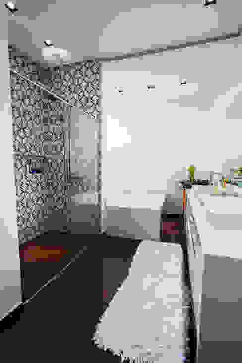 Minimalist style bathrooms by ZAAV Arquitetura Minimalist
