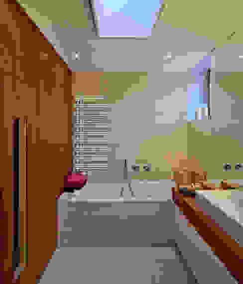 Haus am Hang in Altensteig Moderne Badezimmer von Kauffmann Theilig & Partner, Freie Architekten BDA Modern