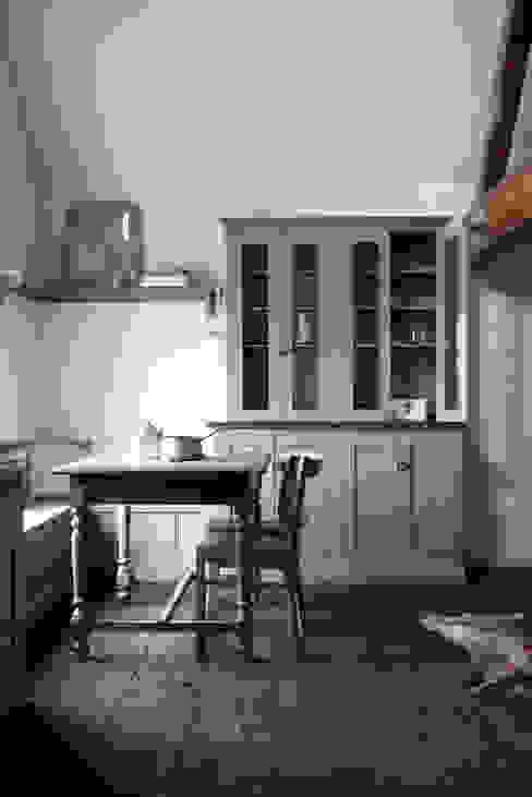 The Loft Shaker Kitchen by deVOL Rustic style kitchen by deVOL Kitchens Rustic