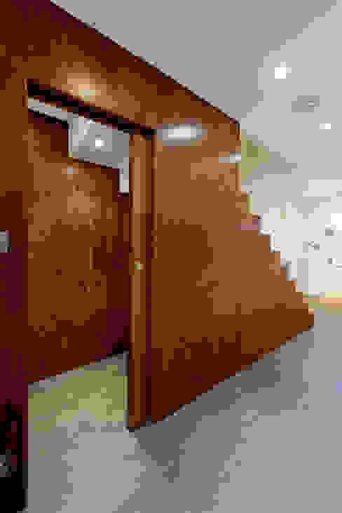 Staircase Minimalistyczny korytarz, przedpokój i schody od DDWH Architects Minimalistyczny