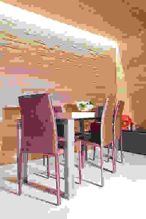 Boiserie in rovere Sala da pranzo moderna di Semplicemente Legno Moderno Legno Effetto legno