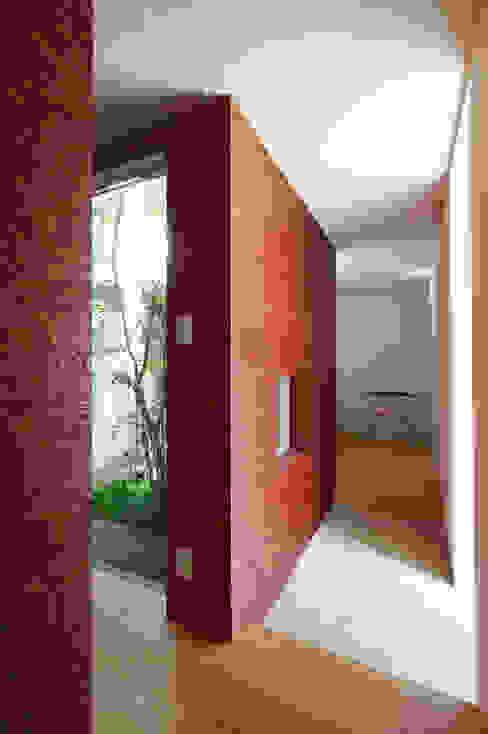 Minimalist corridor, hallway & stairs by 萩原健治建築研究所 Minimalist